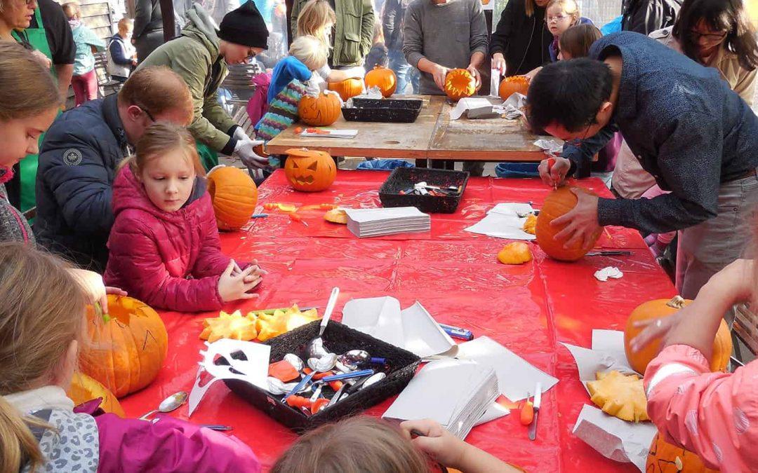 Kürbisschnitzen zur Halloween-Aktion am Hofladen